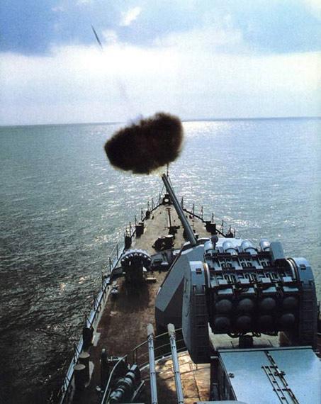 图文:中国海军主力战舰主炮对空射击