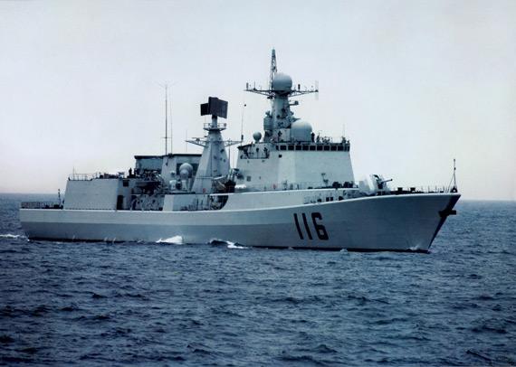 图文:中国051C级116号导弹驱逐舰海上航行