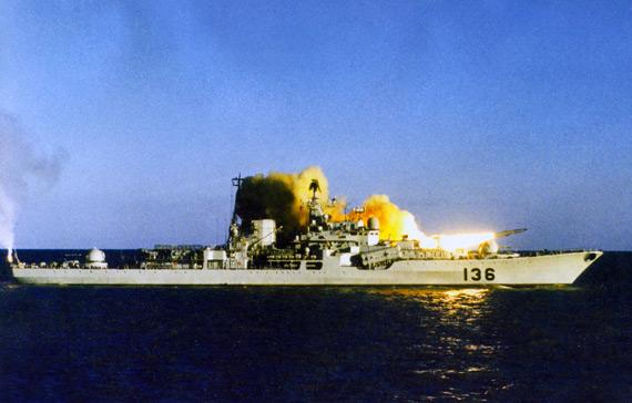 图文:现代级136舰发射反舰导弹