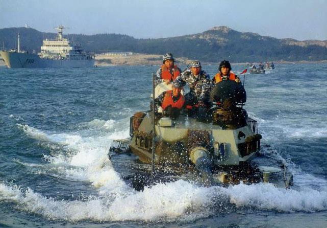 图文:解放军63A新型水陆坦克航渡演习