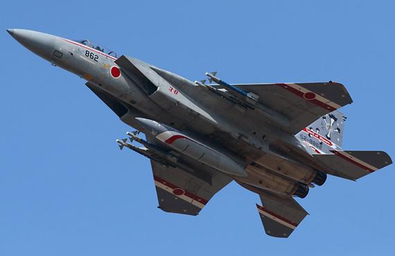 图文:日本航空自卫队F-15J战机挂弹飞行