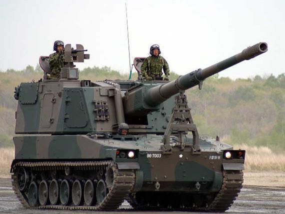 图文:日本99式自行榴弹炮行进中