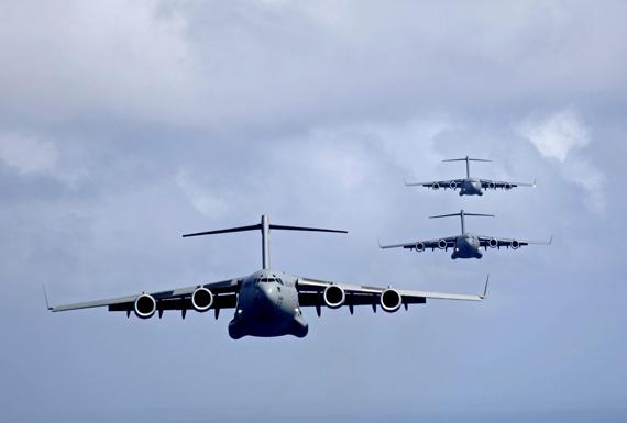 图文:美国空军c-17运输机编队飞行