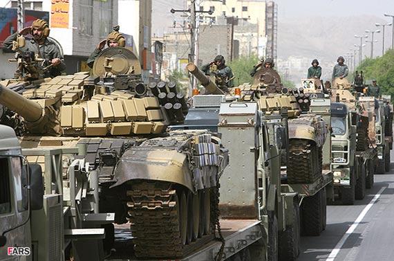 图文:伊朗陆军改型T-72主战坦克参加阅兵式