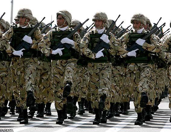 图文:伊朗陆军士兵阅兵式上接受检阅