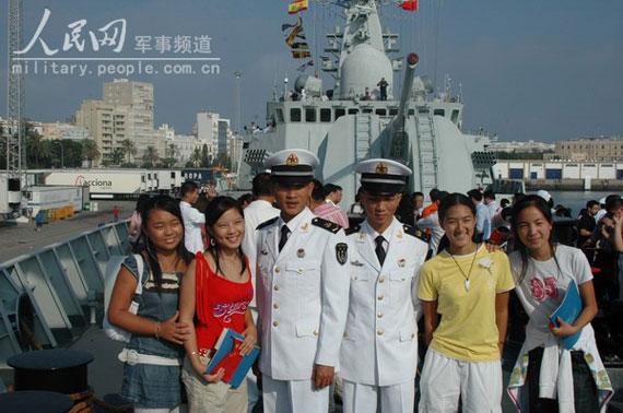 """图文:华侨子女同""""广州""""号导弹驱逐舰的士官合影"""
