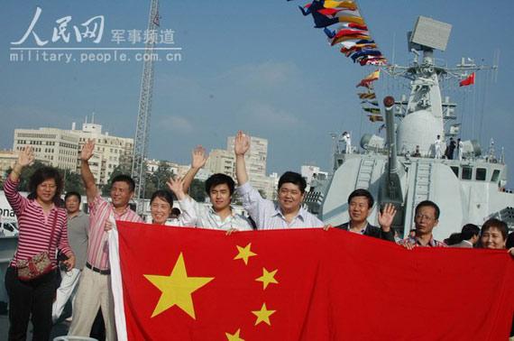 """图文:当地华人华侨在""""广州""""号导弹驱逐舰上留影"""