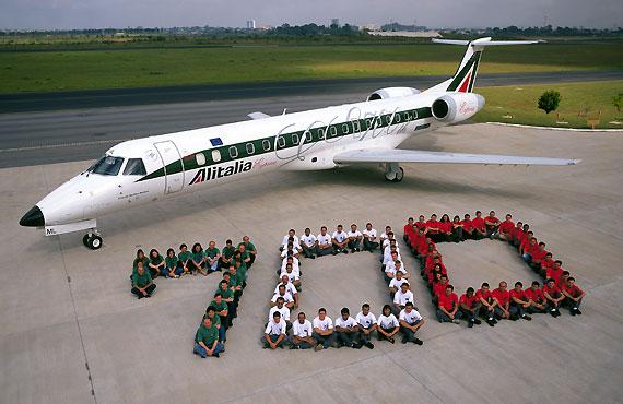 图文:第700架ERJ145交付现场