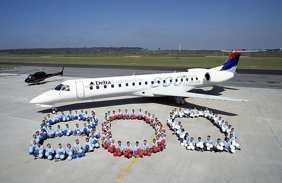 图文:第800架ERJ145交付现场