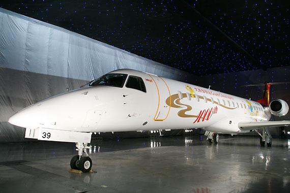 图文:首架交付大新华快运的ERJ145客机