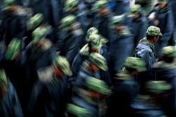 组图:解放军卫勤分队冒雨紧急出动