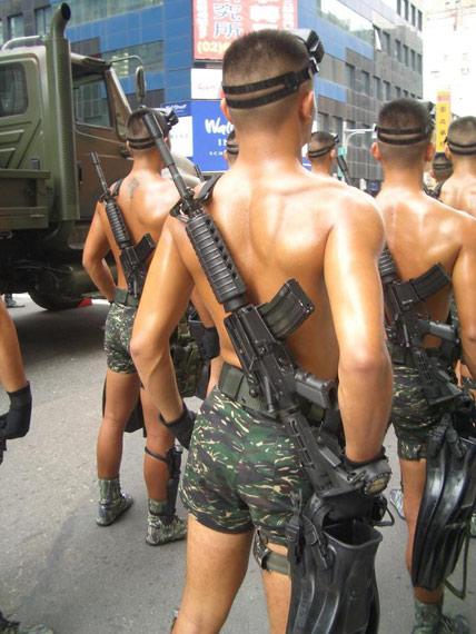 图文:台军两栖特种部队赤膊上阵