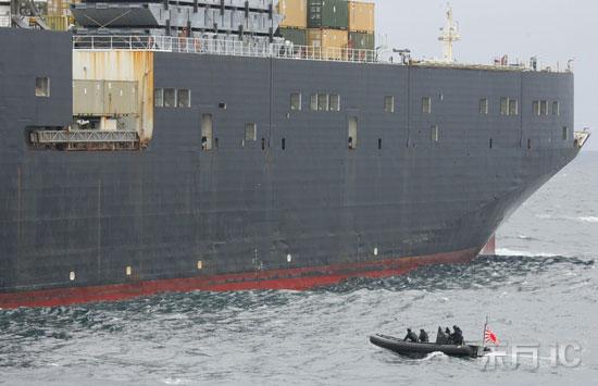 皮艇接近美国运输船