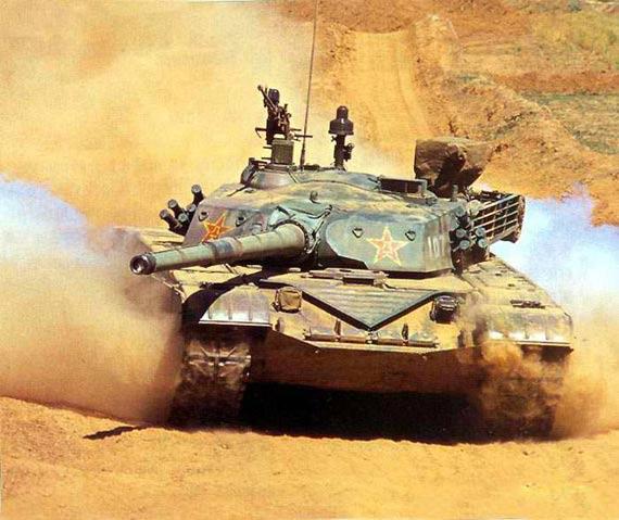 图文:国产99式主战坦克在平原地带行进试验