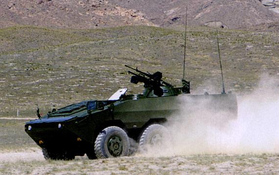 图文:国产新型6X6步战车进行越野性能测试