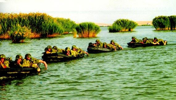 图文:兰州军区特种大队进行涉水渗透训练