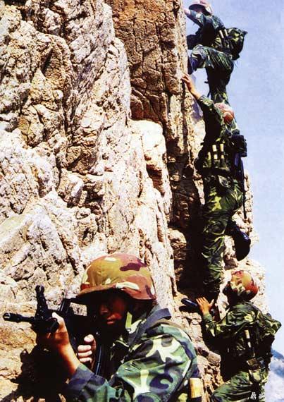 图文:解放军特种部队攀岩训练
