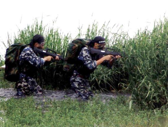 图文:中国海军陆战队特种部队突袭战术演练