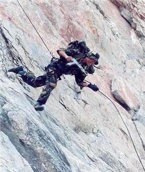 图文:解放军特种兵进行速降突袭战术训练