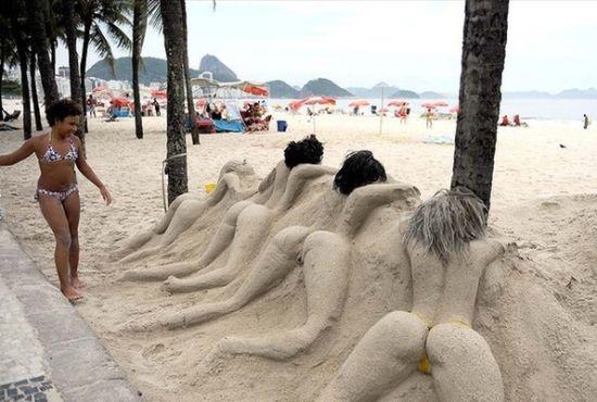 """海滩上的""""诱人""""沙雕"""