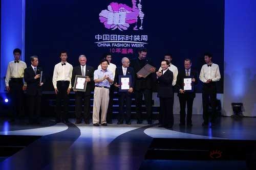 快讯:王庆为时装周十大国际友人颁奖(图)