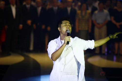 快讯:歌手携众嘉宾共同演唱时装周主题歌(图)