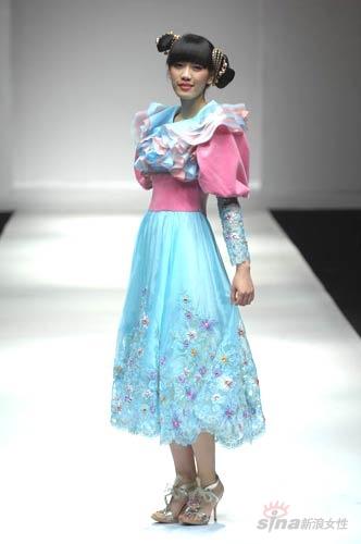 美月时尚发布 短裙长披的婚纱