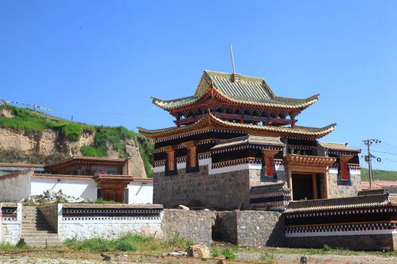 途中遇到这座金碧辉煌的藏族寺院