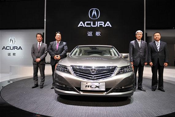 新浪汽车讯 2014年4月20日,第十三届北京国际汽车展览会正式拉开帷幕,搭载Acura(讴歌)全球独创Sport Hybrid SH-AWD(多动力超控四驱系统)的RLX SH-AWD版于北京车展W4豪华车馆首次亮相中国,并将于今年8月上市。本田技研工业(中国)投资有限公司总经理仓石诚司表示,除进一步扩充产品线外,Acura(讴歌)还将加速推进本地化进程。面向2016年国产,Acura(讴歌)正在与广汽集团协商建立完善的机制,以确保国产车实现与进口Acura(讴歌)同等的高端品质。同时,为了开发出更