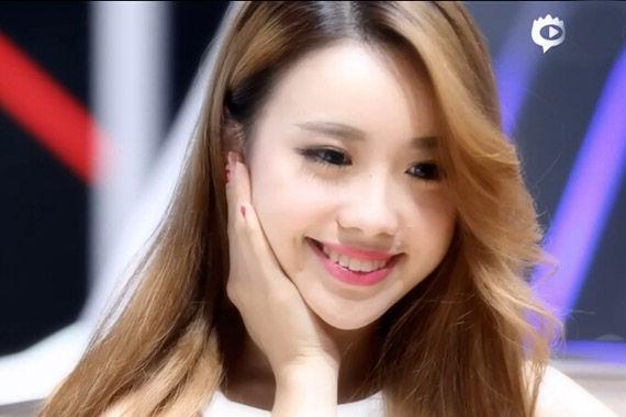 视频:广州车展必看车模白裙清纯小美女