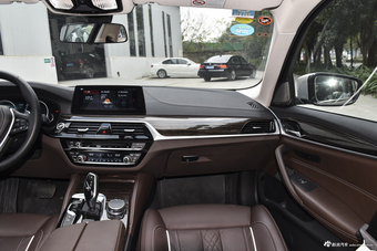 2018款宝马5系改款2.0T自动530Li尊享型豪华套装