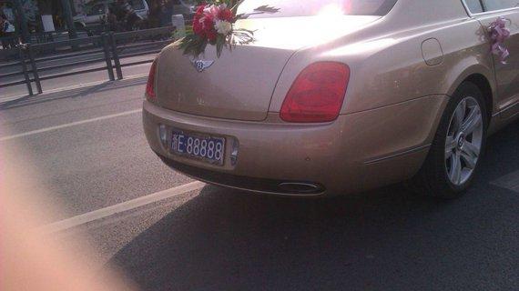 婚车撞车网友质疑浙E88888到底是什么车?