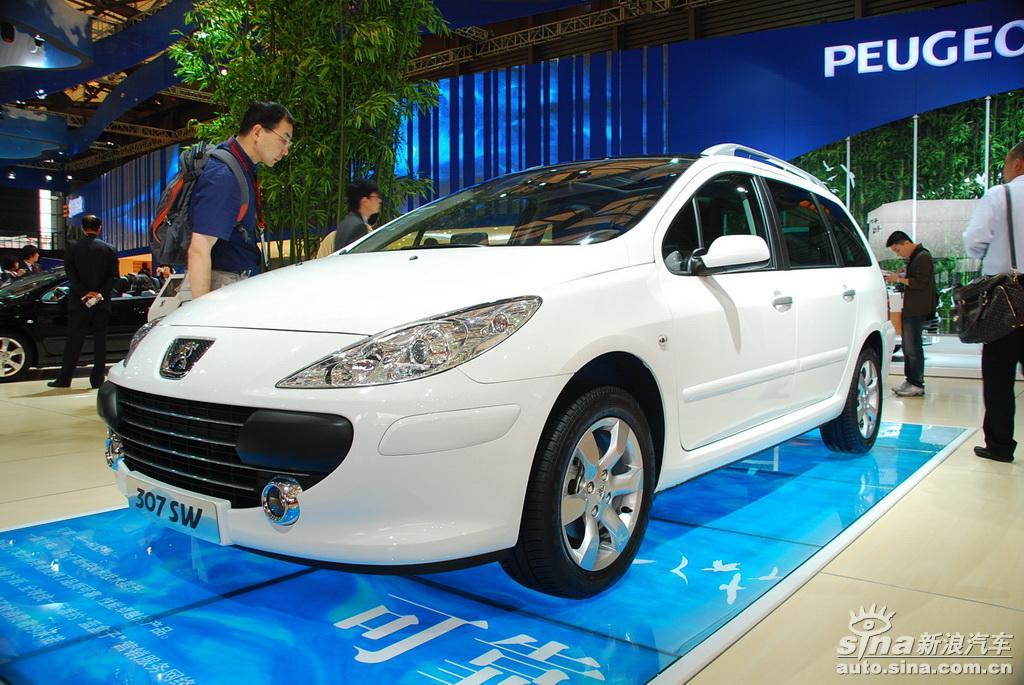 图片说明:2009上海车展于4月20日至28日在上海新国际博览中心隆重举行,有来自25个国家和地区的约1500家企业参展,已经成为亚洲甚至世界上非常具有影响力的车展之一。图为上海车展标致展台307SW图片。