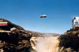在黄河上空画彩虹 柯受良飞越壶口瀑布