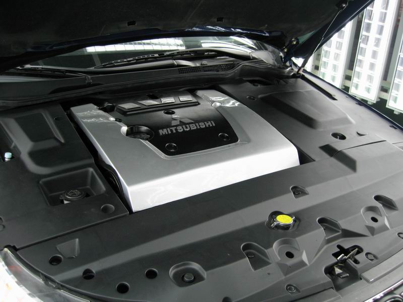 比亚迪F6发动机仓