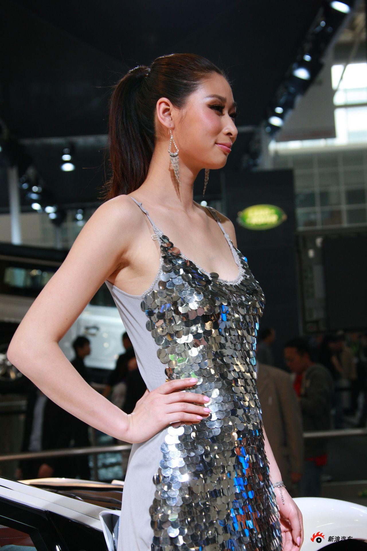 光冈展台1号模特