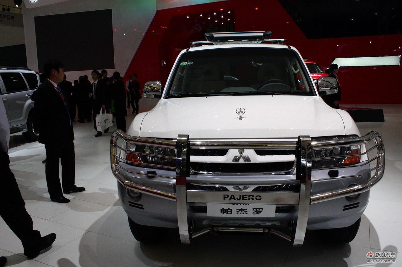 2018-10-18至28日,第十四届上海国际车展以全新的境界和面貌在上海浦东新国际博览中心举行。本届车展吸引参展车型共1100辆,其中新能源汽车共计86辆,跨国公司的全球首发车19辆,国内车企的全球首发车辆达56辆,整体全球首发车数量为75辆。本图为:三菱展台的帕杰罗车型。