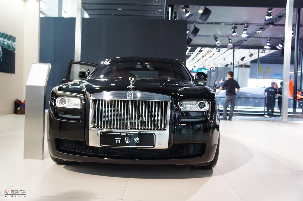 """2011广州国际汽车展览于11月21日-28日在琶洲国际会展中心举行,本届广州车展以""""绿色 科技,和谐未来""""为主题,展出内容包括乘用车、商用车、房车、改装车、顶级豪华车和汽 车零部件及用品等。本次车展首发新车30台,其中跨国首发车5台,亚洲首发车13台。同时 ,为了继续推行绿色环保主题,强调车、人、社会的和谐发展,今年的新能源车将达到54台 。图为:劳斯莱斯古思特加长版"""