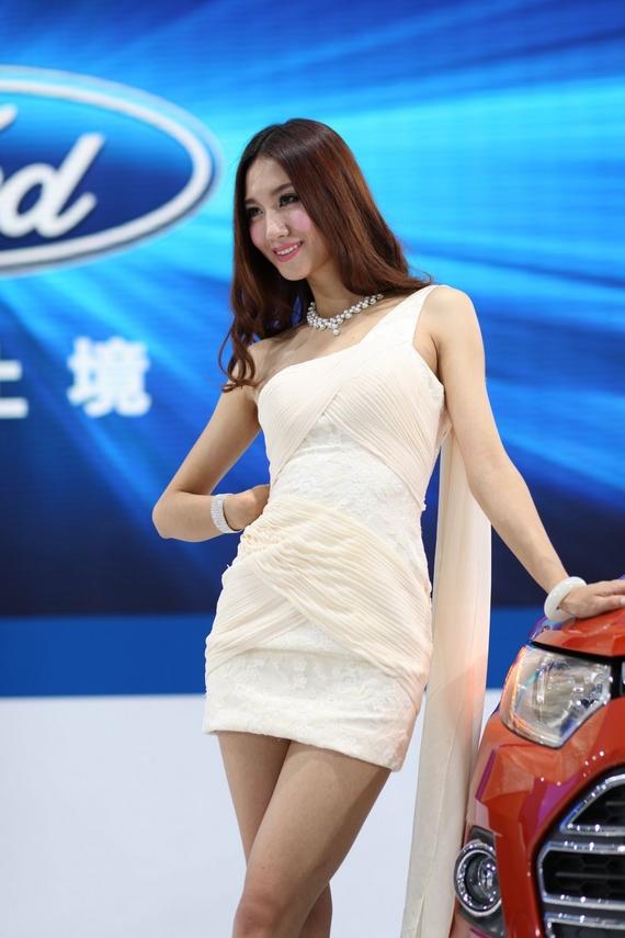 广州车展车模裙子滑落