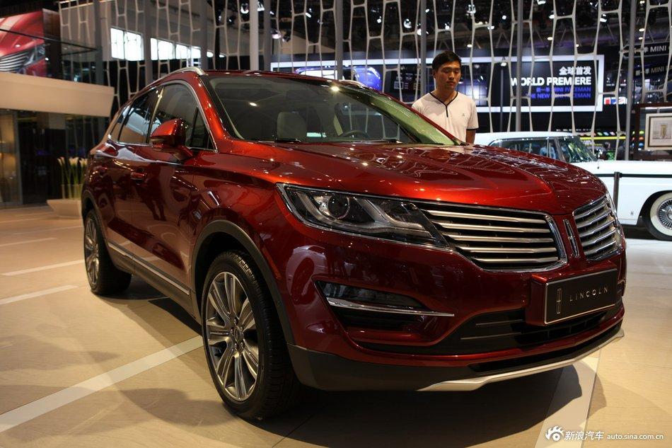 图片说明:2014(第十三届)北京国际汽车展览会于4月21日至29日在中国国际展览中心新馆(天竺)正式向观众开放,本届车展全球跨国汽车公司悉数到场,室内展馆17个加上室外展场总面积达23万平方米。图为:2014款林肯MKC 2014-04-21 00:20:10