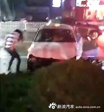 少女酒驾撞人在裤子身旁脱伤者小便胖照生片女的图纱婚图片