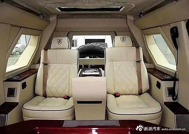 后排专属的两个座位是参考飞机头等舱的待遇来改装的