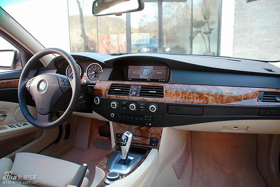 图片说明:2007年,宝马集团完成了BMW 5系在全球的中期改款。与此同步,华晨宝马对BMW 5系长轴距版在外观、内饰和技术上也进行全面的技术升级,并于今日推出两款车型:新BMW 530Li豪华型和新BMW 525Li豪华型。此次上市的改款新BMW 5系长轴距版先期投放市场的车型分别是新BMW 530Li豪华型和新BMW 525Li豪华型,将于11月15日在全国宝马授权经销商开始销售。升级之后的新BMW 5系长轴距版车型在功能性、技术先进性和车型配置等方面为豪华商务轿车树立了全新的标准,进一步强化了其在同