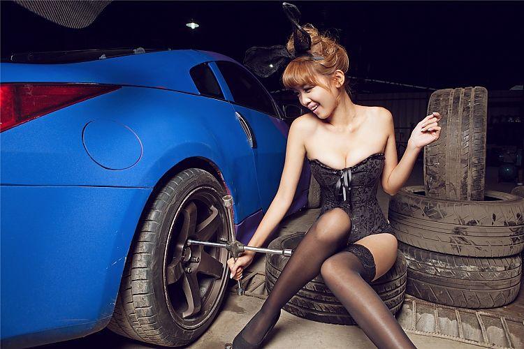 可爱车模修车厂施展性感魅惑