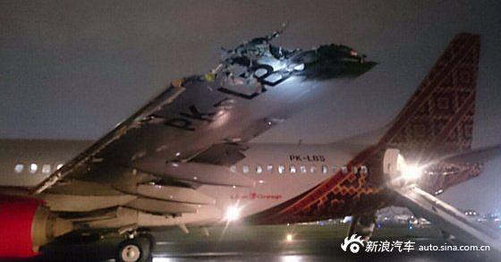 印尼两客机跑道相撞 一客机尾翼被削掉