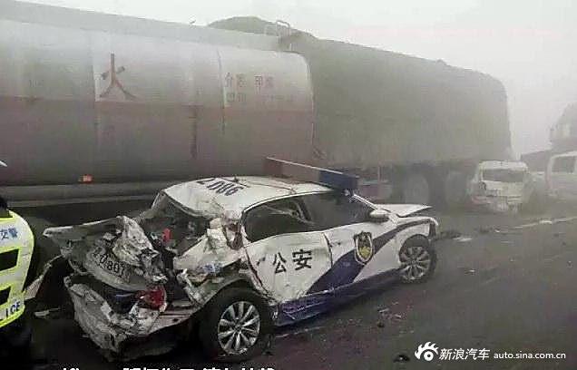 超吓人的高速连环车祸 都是坏天气惹的祸