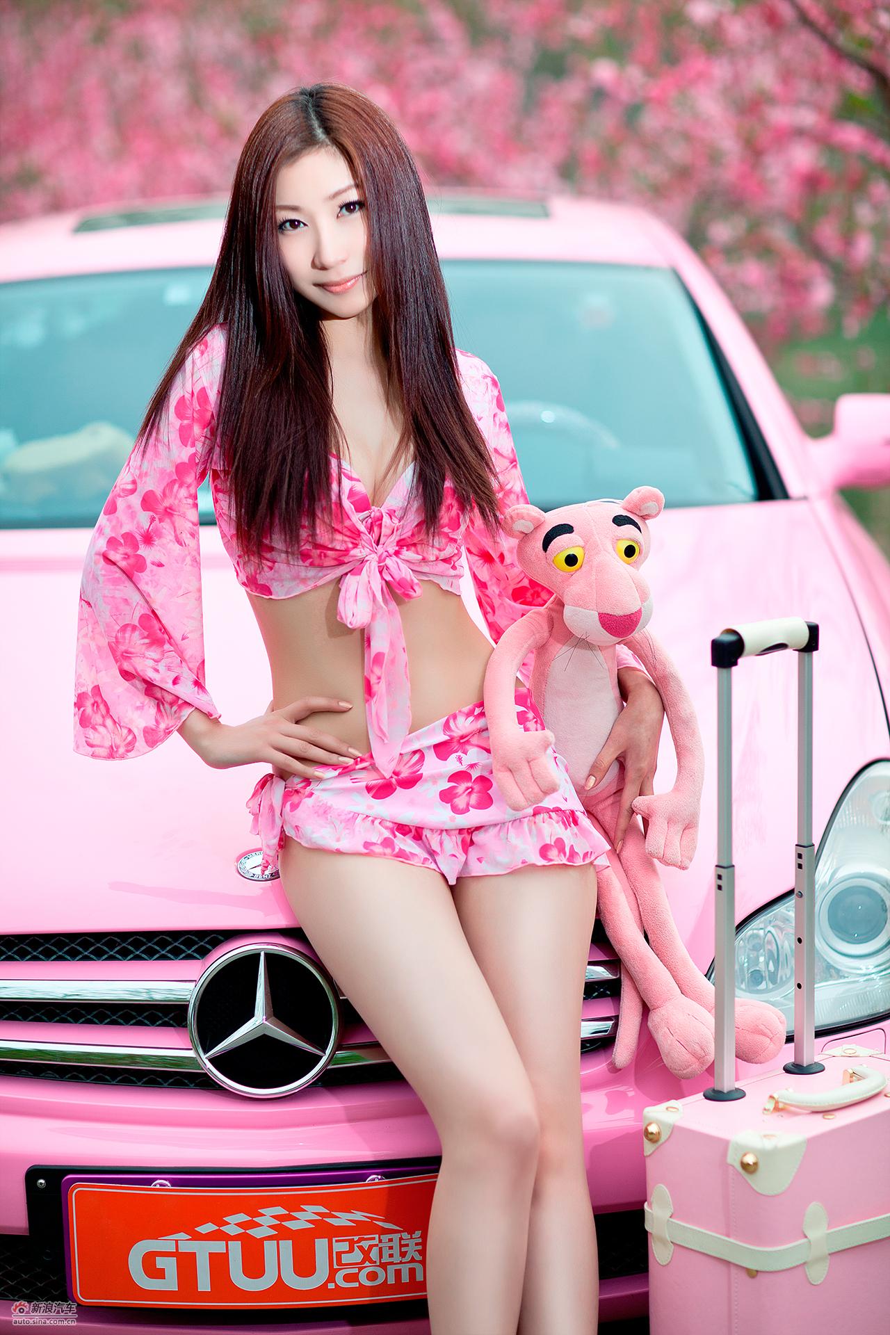性感美女和可爱的粉红豹去旅行