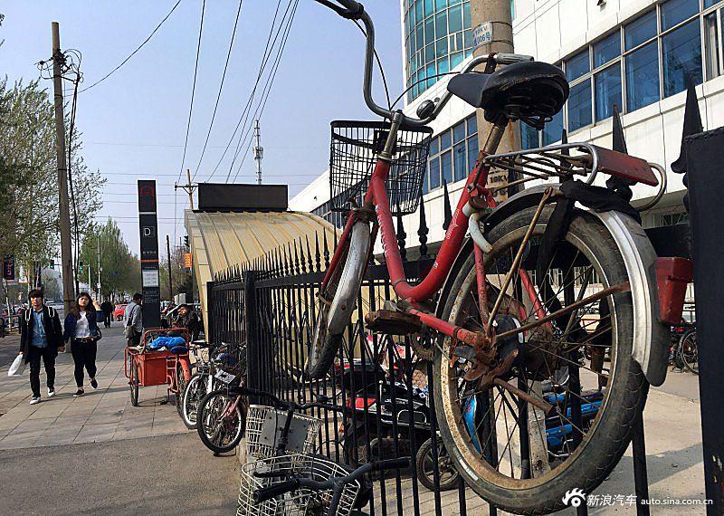 看着这挂在护栏围墙上的自行车,小编只能说现在市民的脑洞真是太大了