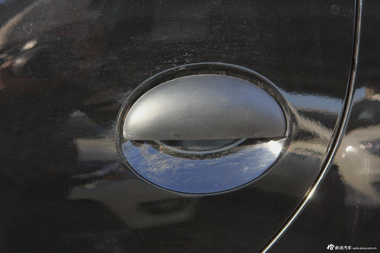 2015款比亚迪F0在外观方面进行了小幅的调整,售价为3.79-4.79万元,其中前脸采用了全新造型的前保险杠和镀铬式前进气格栅,全系车型提供LED日间行车灯。配置方面,新车增加了后门电动车窗和尾门电子解锁。搭载1.0L发动机,最大功率为68马力,与发动机匹配的是5速手动和AMT变速箱。