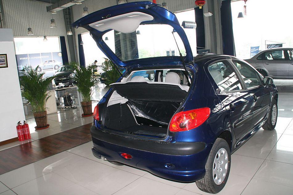 图片说明:2006年1月6日,东风标致206在北京正式亮相,敲响了中国2006车市的第一锣。在此次主题为快乐引擎的新车发布会上全新推出的东风标致206,以其经典美观、充满动感的外形设计,富有挑战性的操控品质,以及同级车中一流的高科技配置,重新界定了国内高端紧凑型轿车的标准。图为东风标致206后备厢。2008-08-20 15:05:19